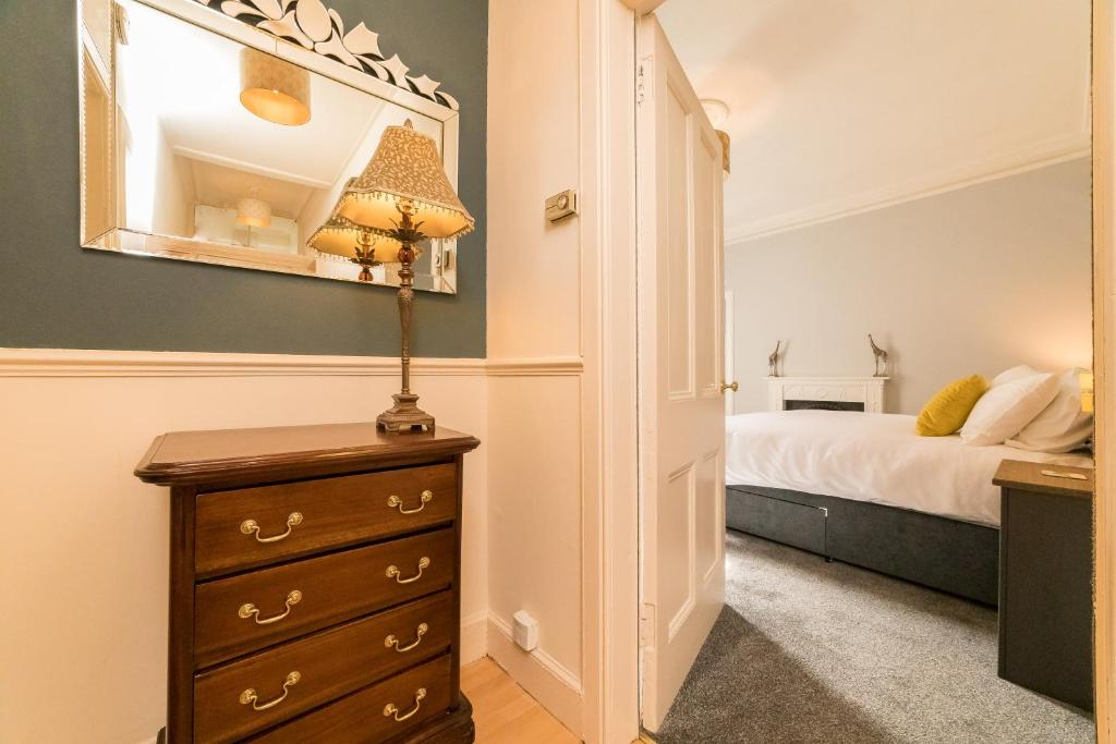 A bed or beds in a room at Spacious city centre 2 bedroom apartment