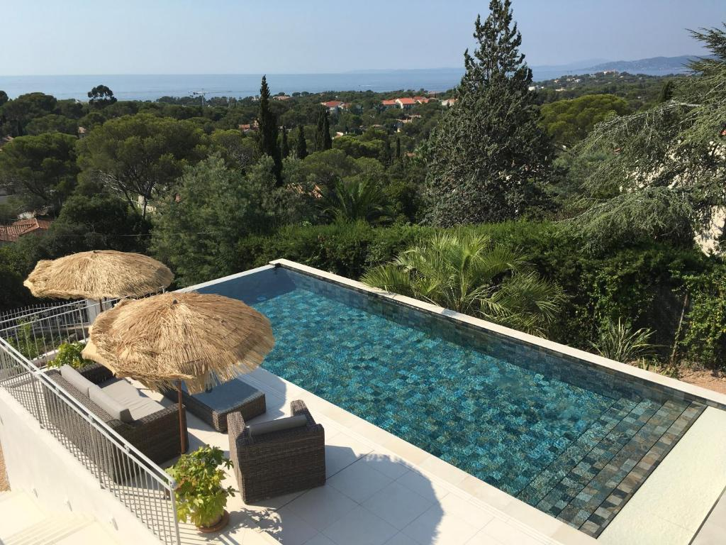 A view of the pool at Villa du belvédère - la chambre mer or nearby