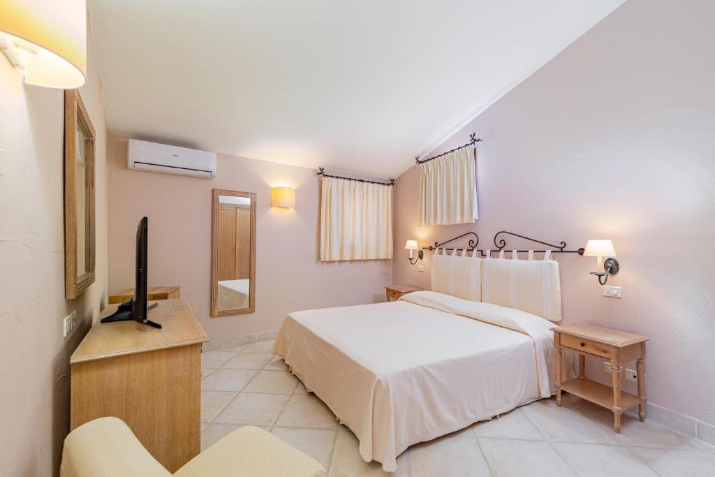 Cama ou camas em um quarto em Hotel Cala Lunga