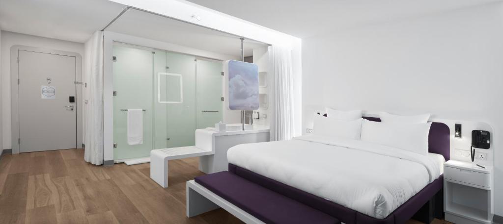 Кровать или кровати в номере YOTEL Istanbul Airport (Landside)