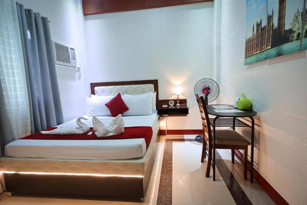 A bed or beds in a room at Elizabeth Hotel - Naga