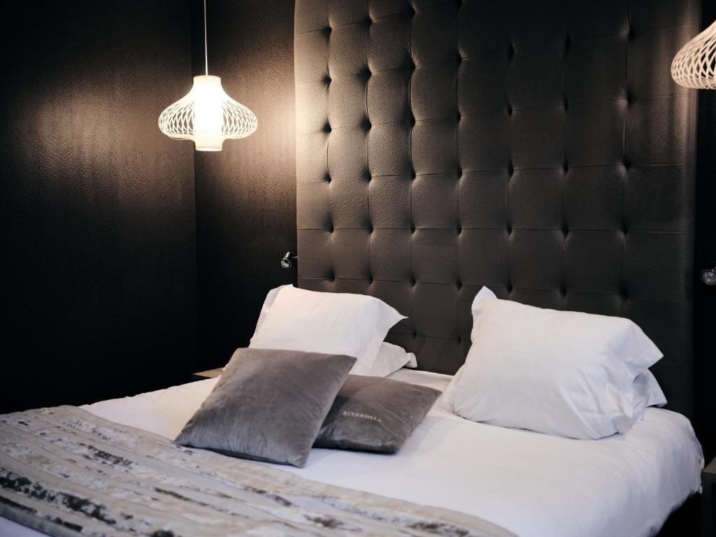 A bed or beds in a room at Hostellerie de la Renaissance - Les Collectionneurs