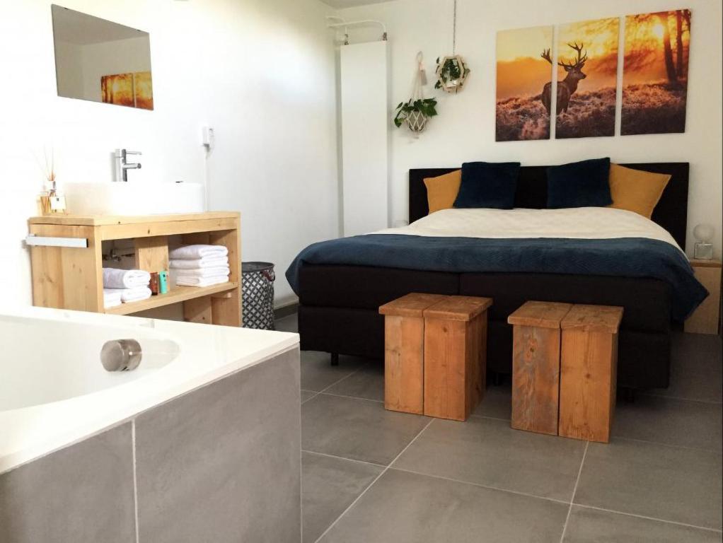 Een bed of bedden in een kamer bij Bed & Breakfast 't Grasduin