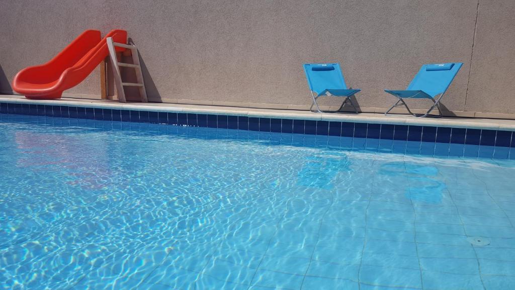 בריכת השחייה שנמצאת ב-באר אורה צימר או באזור