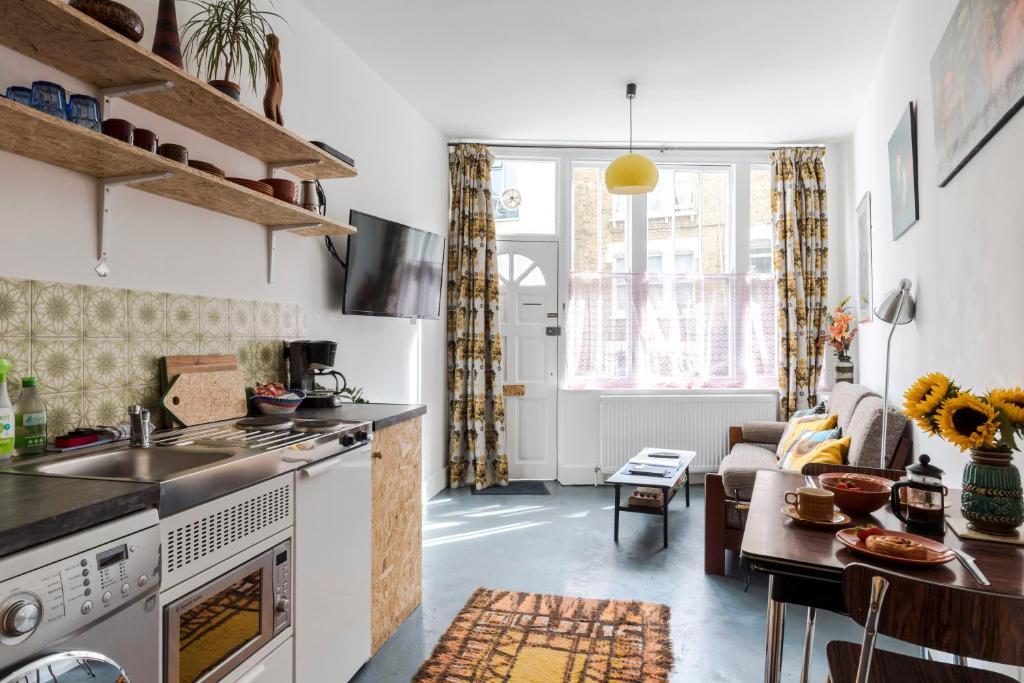 Una cocina o zona de cocina en Pancras Parlour