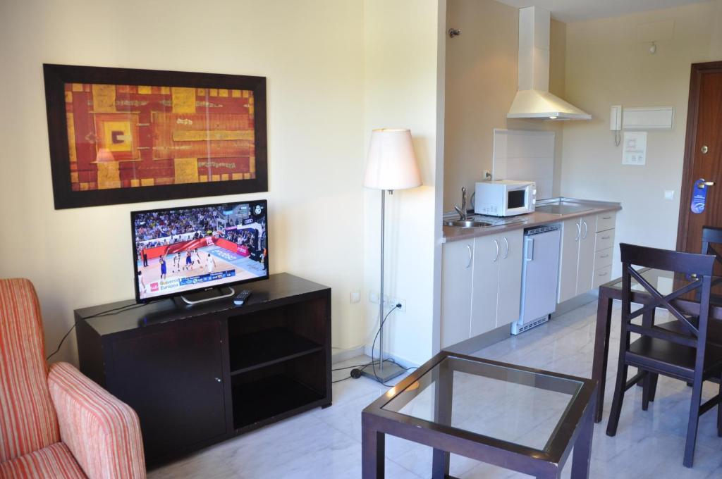 A television and/or entertainment center at Apartamentos Luxsevilla Palacio