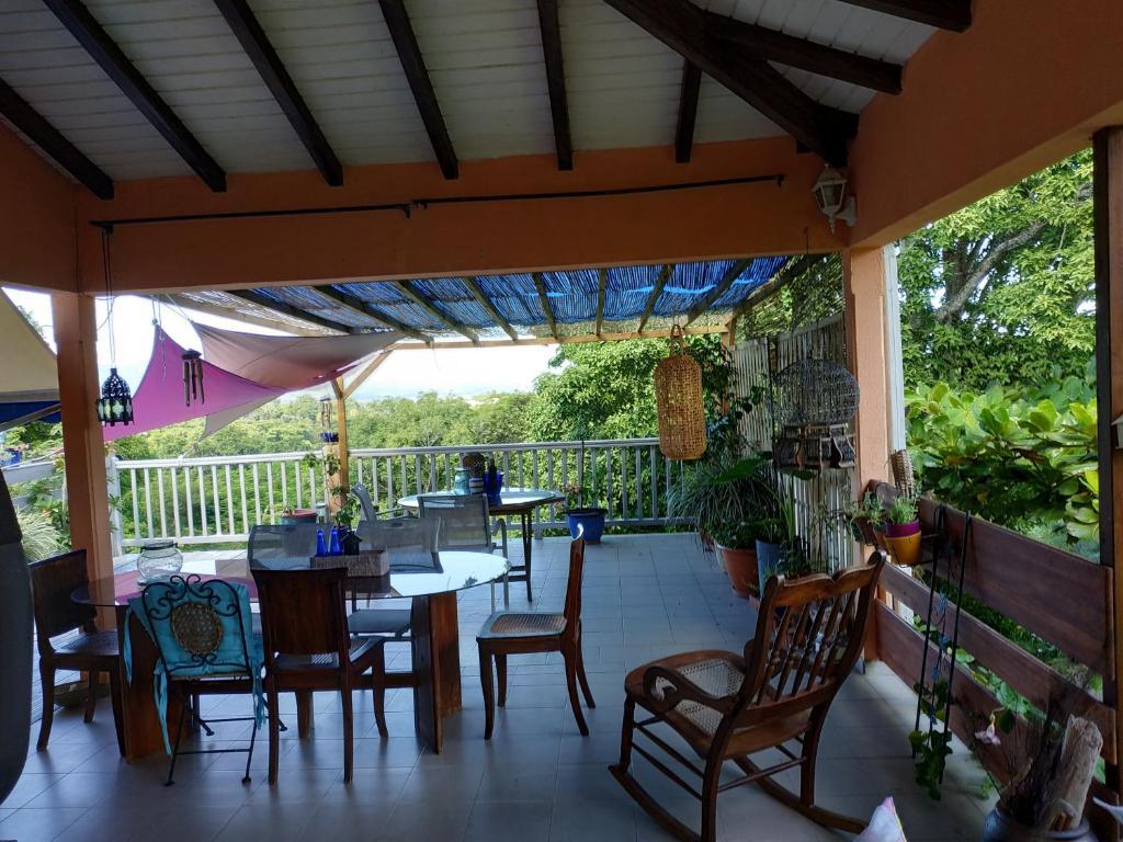 A restaurant or other place to eat at Les volets bleus Aéroport - Port - CHU - Fac