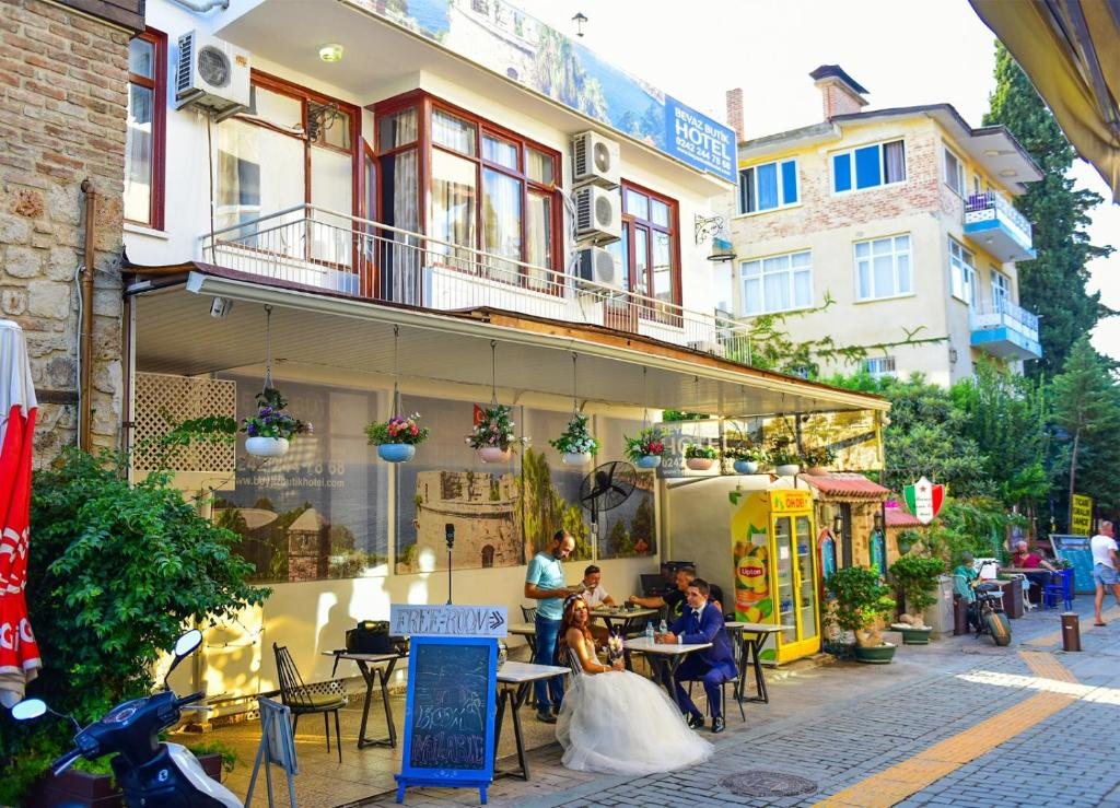 A restaurant or other place to eat at Beyaz Butik Hotel