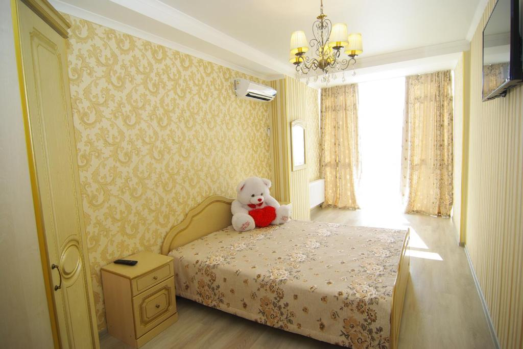 Кровать или кровати в номере Apartment on Revkomovsky 4