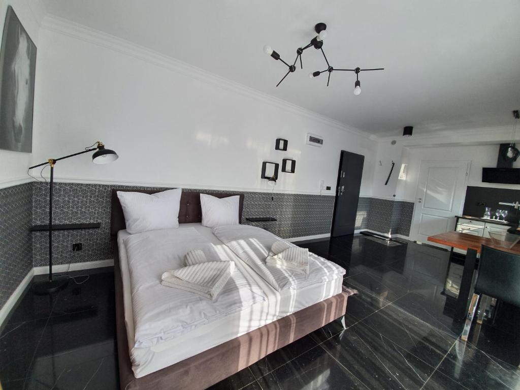 A bed or beds in a room at Korda Apartments