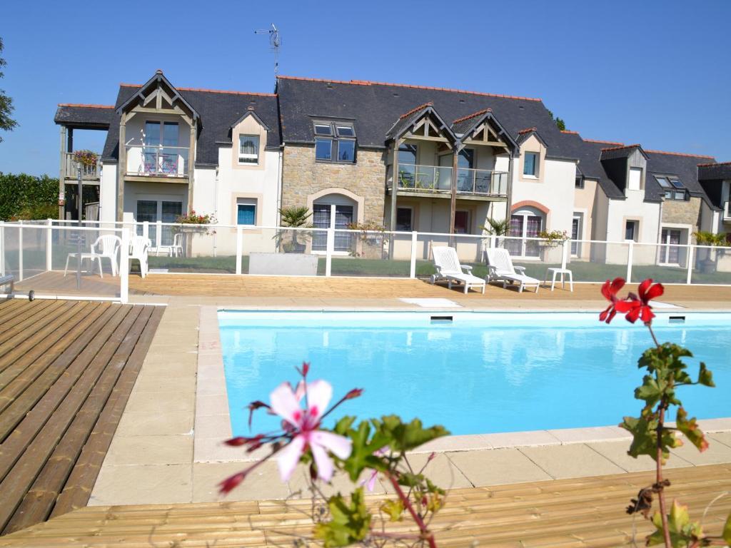 The swimming pool at or near Apparthôtel Mont Saint Michel - Résidence Fleurdumont