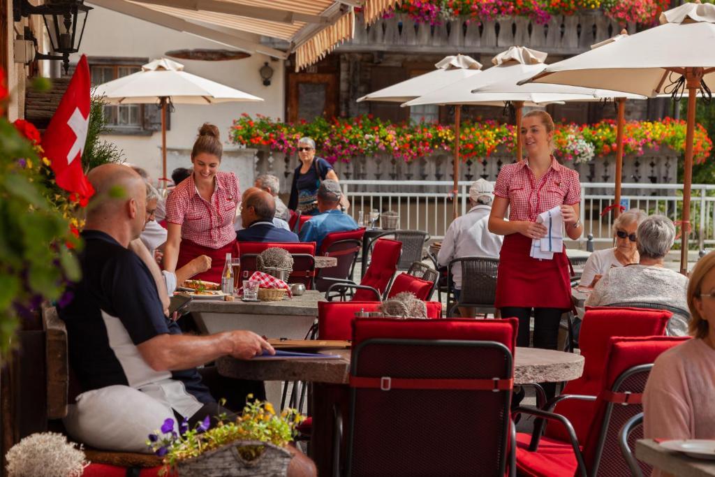 Ein Restaurant oder anderes Speiselokal in der Unterkunft Hotel Suretta