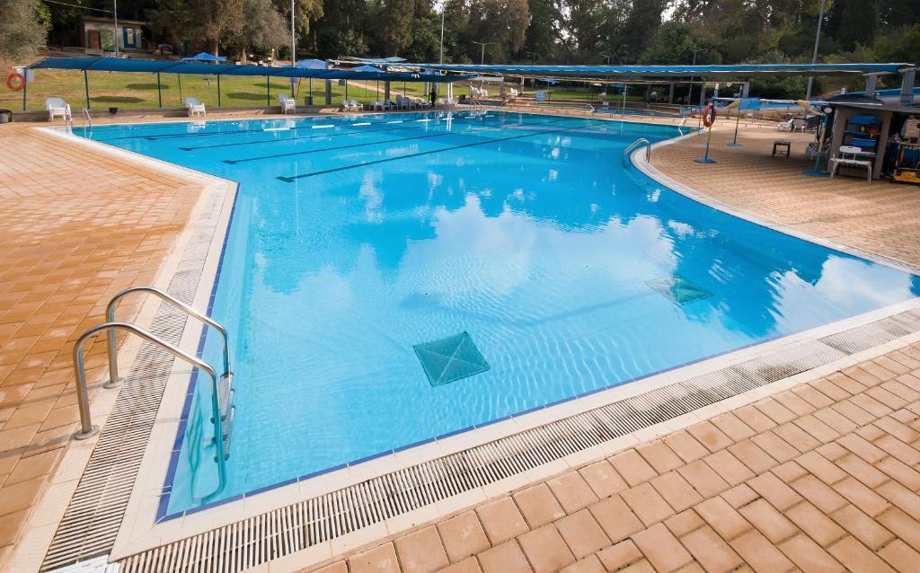 בריכת השחייה שנמצאת ב-זוהר בדשא או באזור