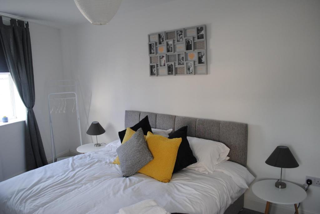 A bed or beds in a room at Bellevue Apartment