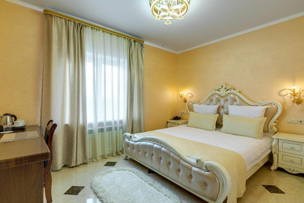 A bed or beds in a room at Golden Crown Zhukovsky