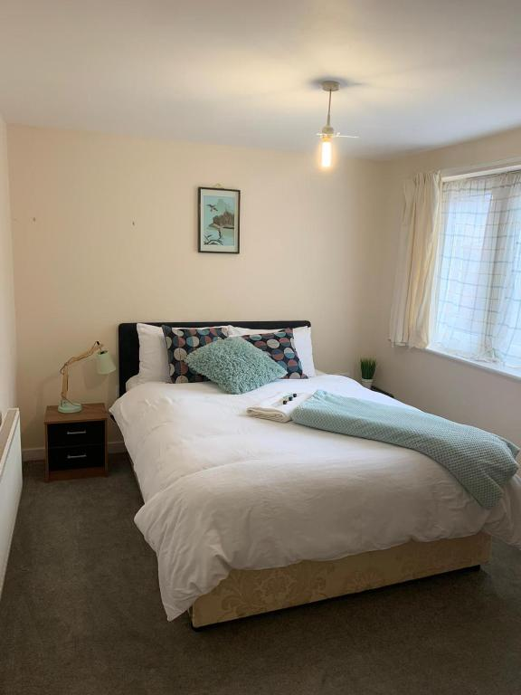 A bed or beds in a room at Dartford Bridge Serviced Apartment