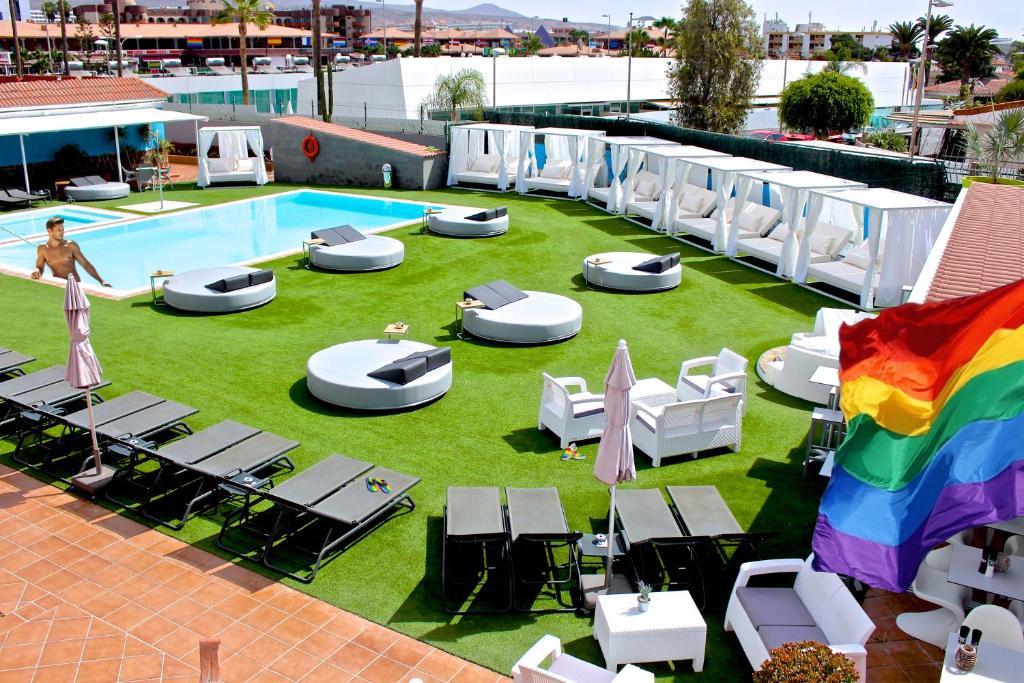 Een restaurant of ander eetgelegenheid bij Aqua Beach Bungalows Playa del Ingles - Gay Men Only