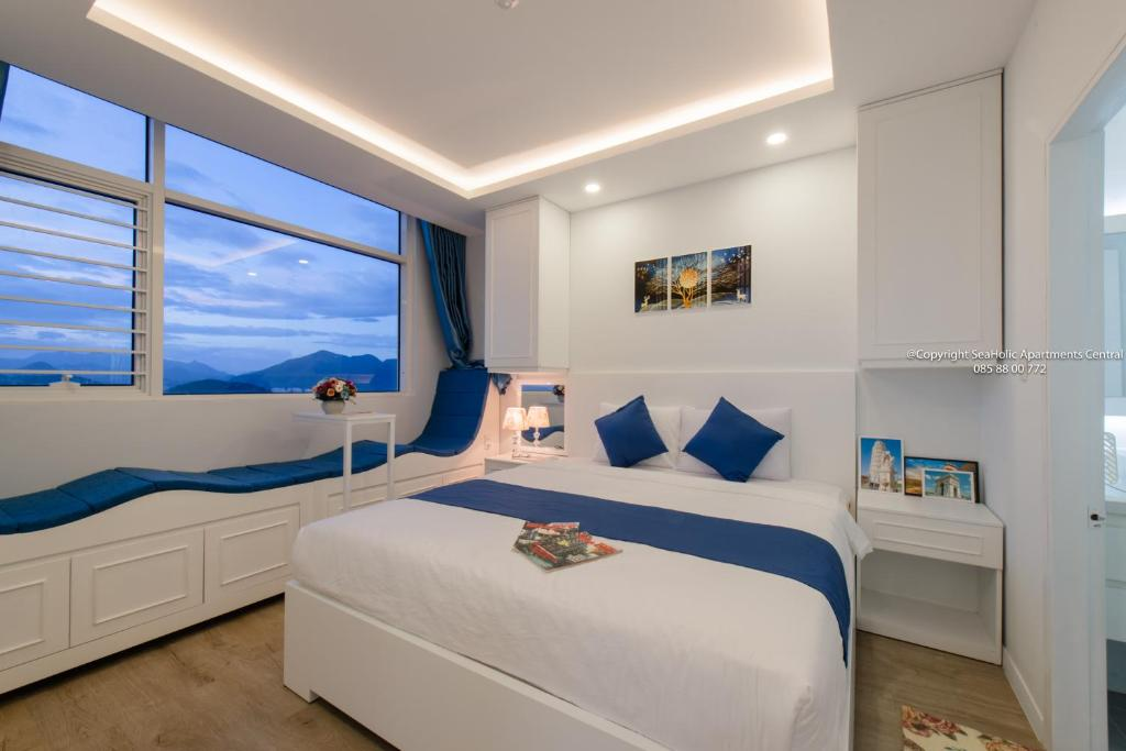 A bed or beds in a room at Seaholic Apartment Central