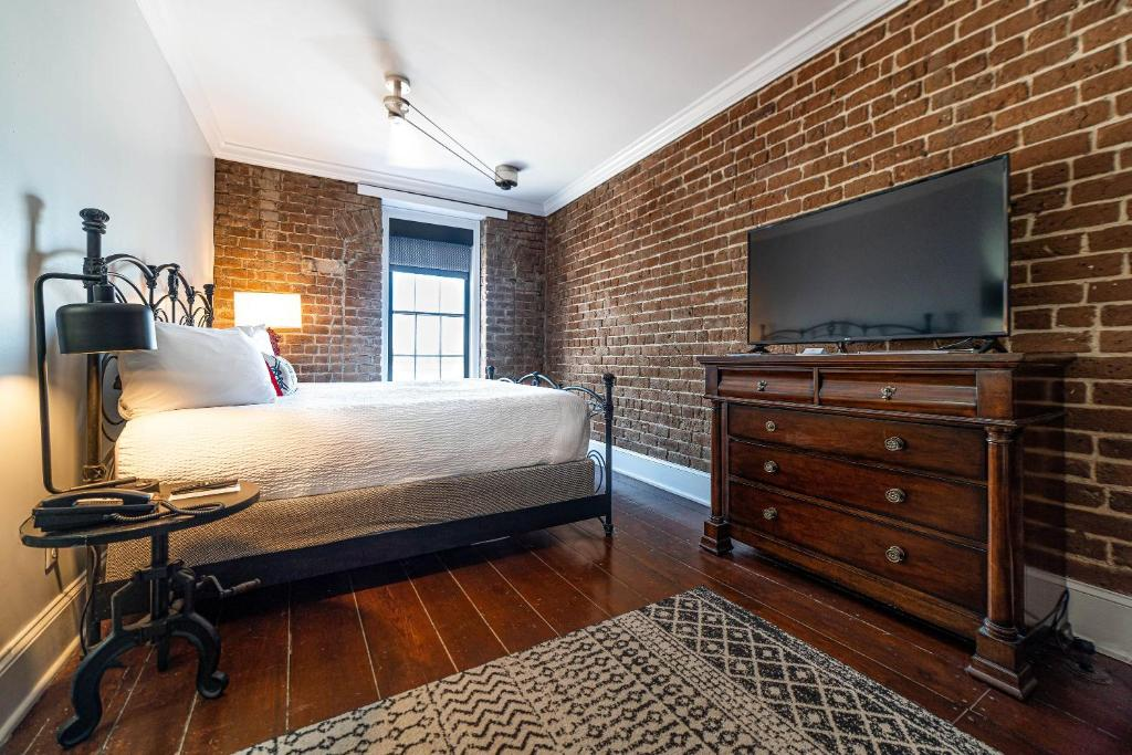 A bed or beds in a room at River Street Inn