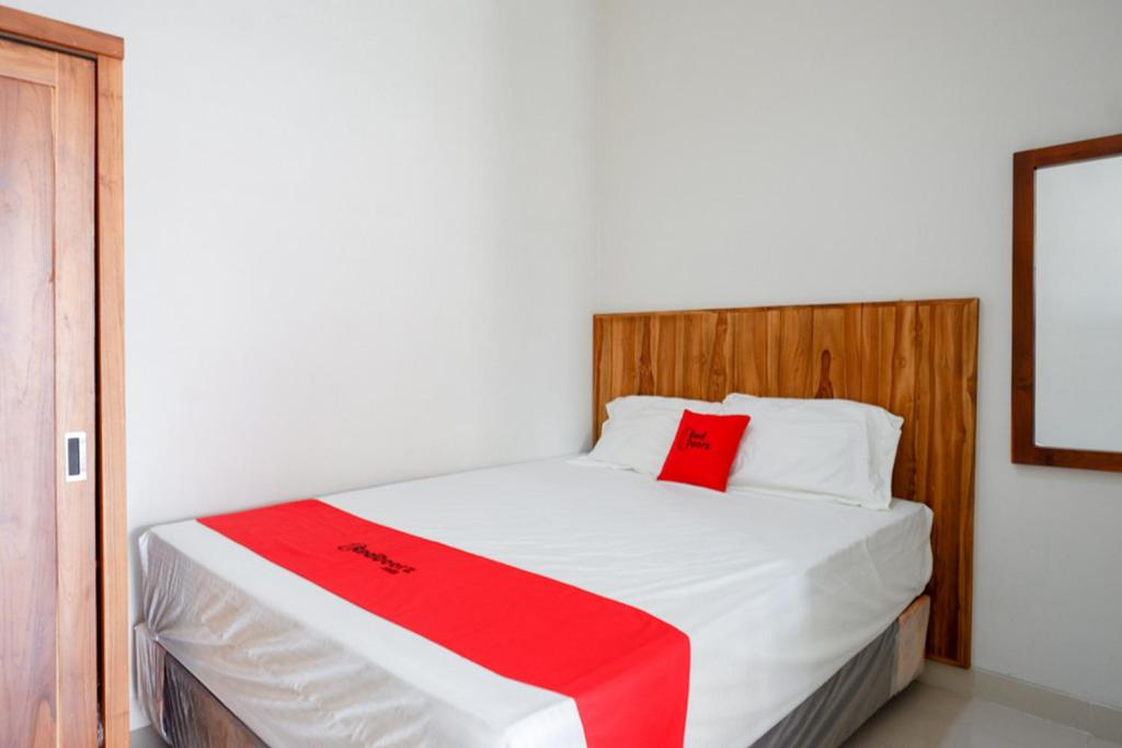 A bed or beds in a room at RedDoorz Plus Syariah near Stasiun Tegal 2