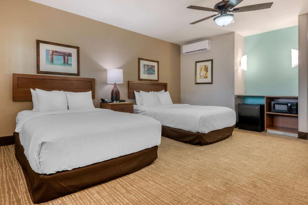 A bed or beds in a room at Seafarer Inn & Suites, Ascend Hotel Collection