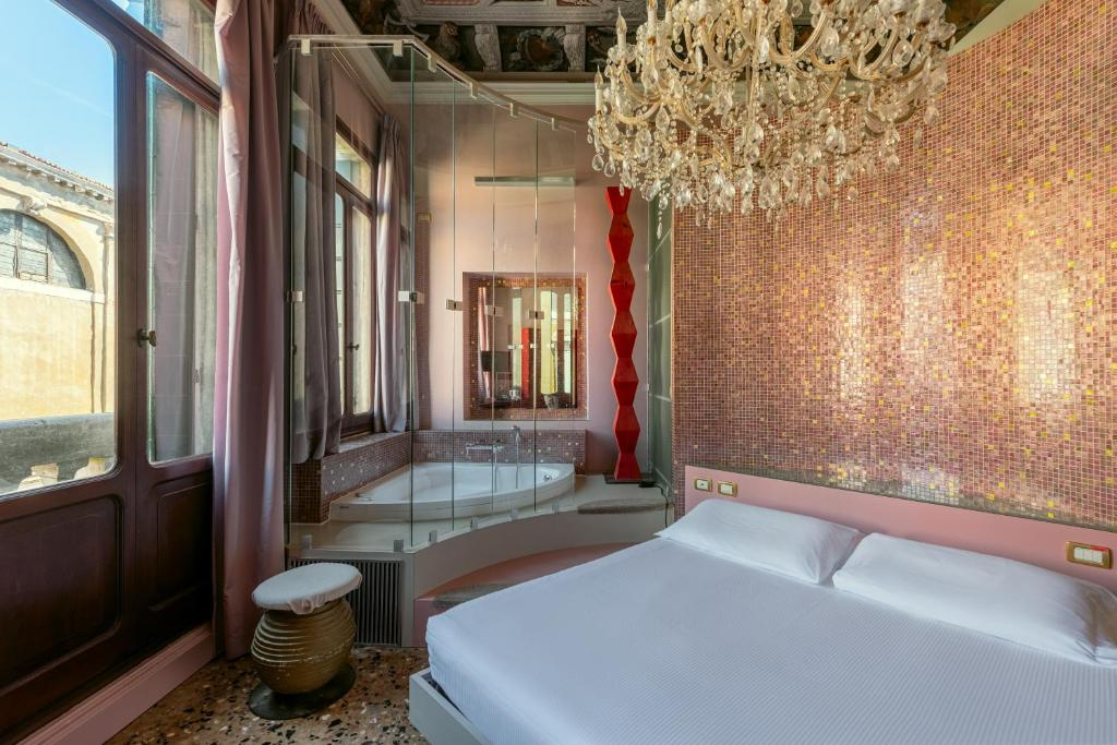 A bed or beds in a room at Sogno di Giulietta e Romeo
