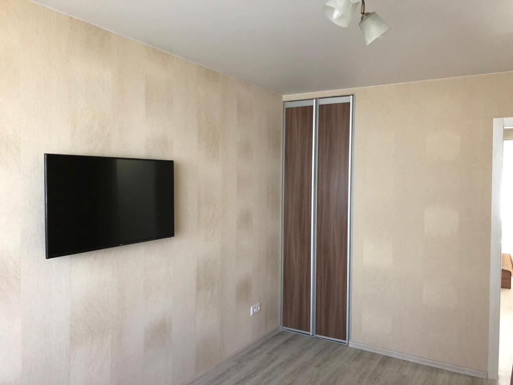 A television and/or entertainment center at Апартаменты на Иванова