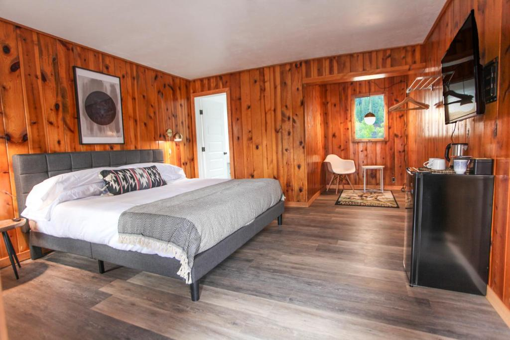 A bed or beds in a room at The Nightingale Motel