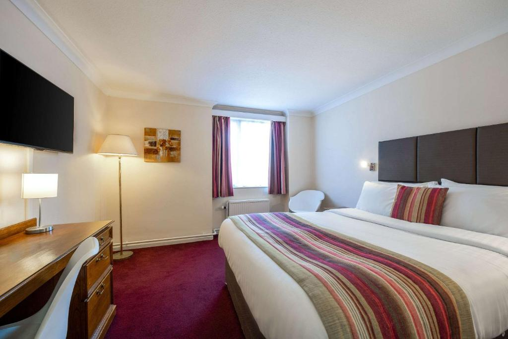 A bed or beds in a room at Quality Hotel Dudley