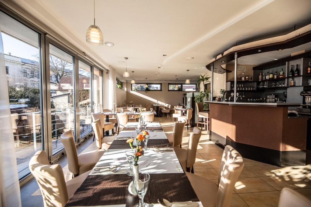 Ein Restaurant oder anderes Speiselokal in der Unterkunft Penzion a Restaurant Barbora