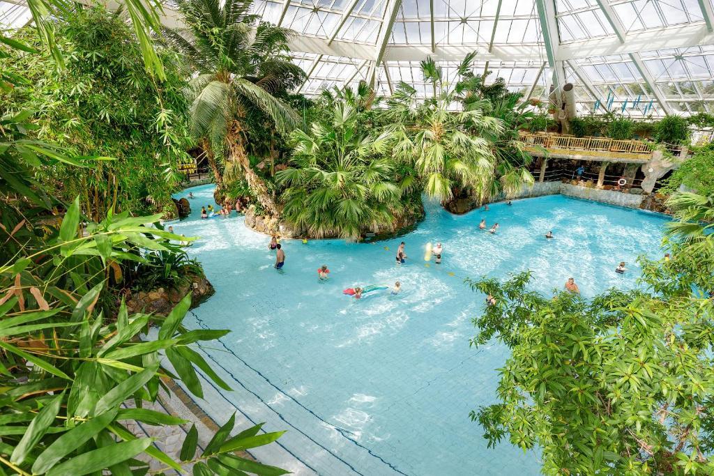 En udsigt til poolen hos Center Parcs Bispingen Lüneburger Heide eller i nærheden