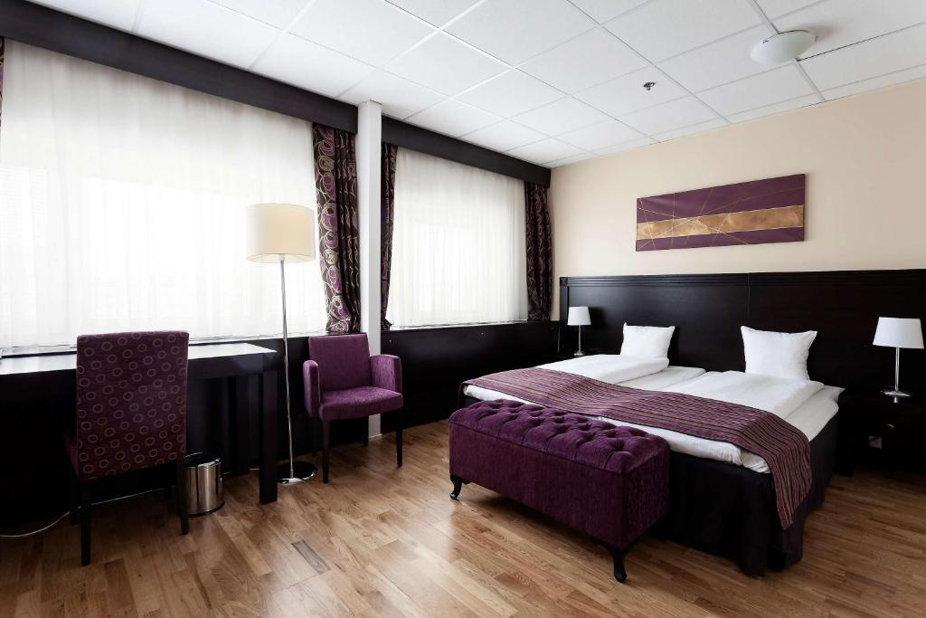 A bed or beds in a room at Järva Park Hotel