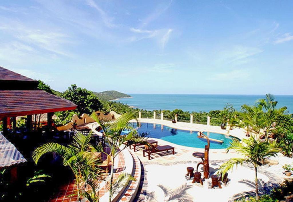 Вид на бассейн в Chaweng Bay View Resort или окрестностях