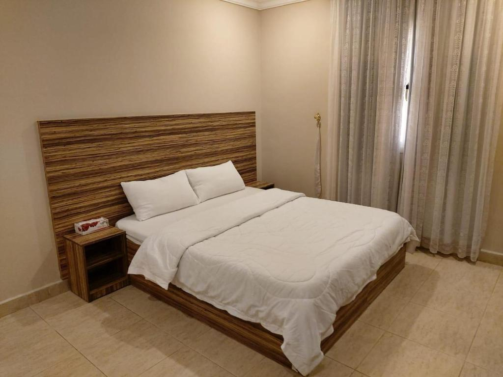 A bed or beds in a room at Terrace Furnished Apartments- Hawally 2