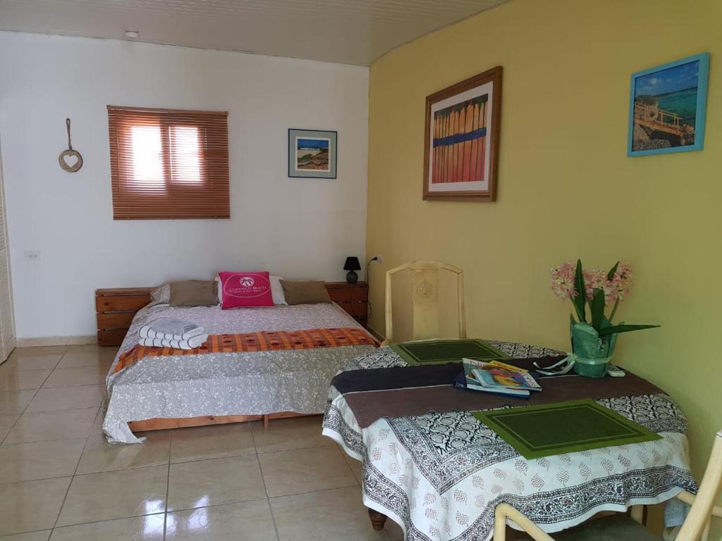 Cama ou camas em um quarto em Cozy caribbean studio with optional SUV 1