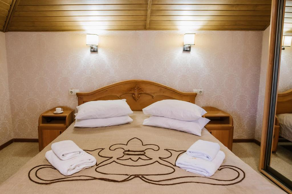 A bed or beds in a room at Golden Crown
