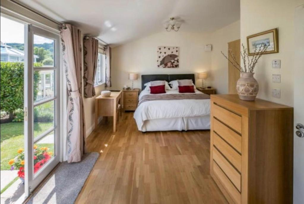 A bed or beds in a room at Woodpeckers B&B