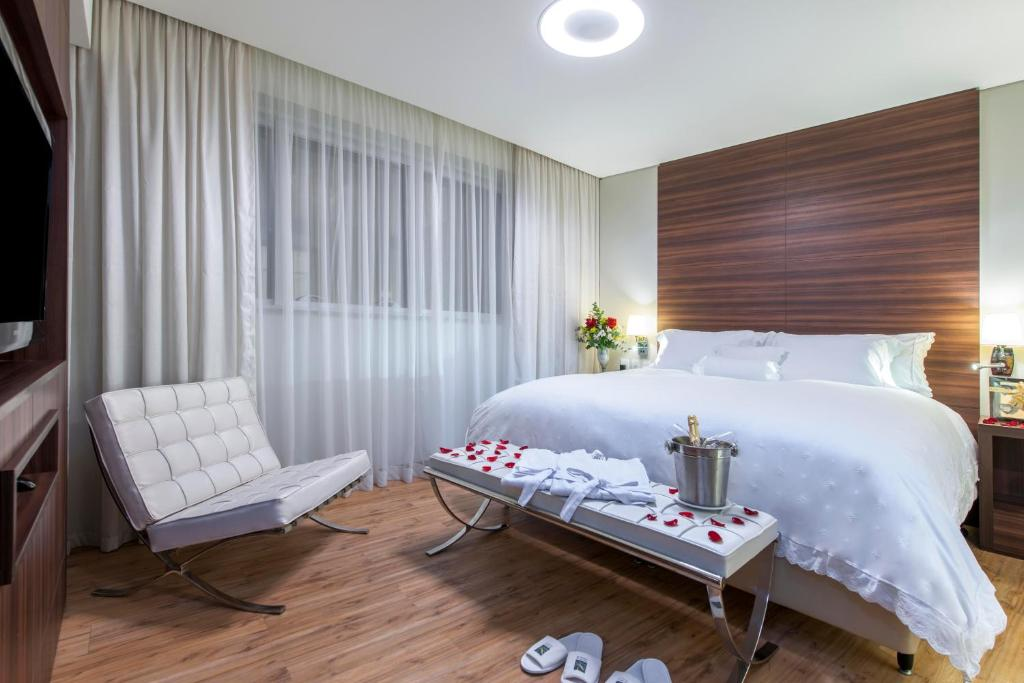 A bed or beds in a room at Quality Hotel Aeroporto Vitória