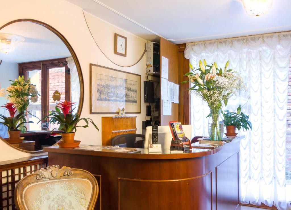 O saguão ou recepção de Hotel Leonardo