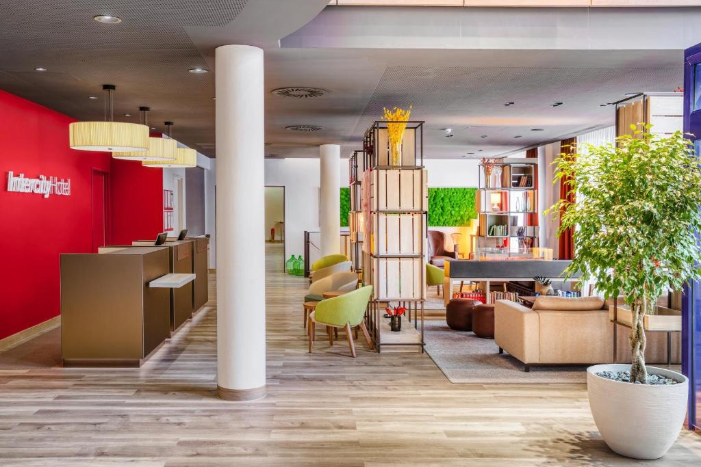 The lobby or reception area at IntercityHotel Nürnberg