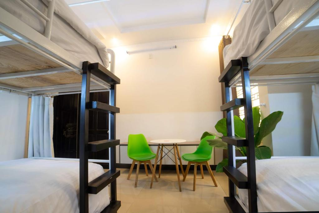 En eller flere køjesenge i et værelse på KAT Hostel
