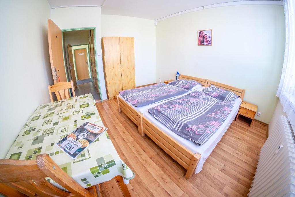 Кровать или кровати в номере Ubytovna u nádraži