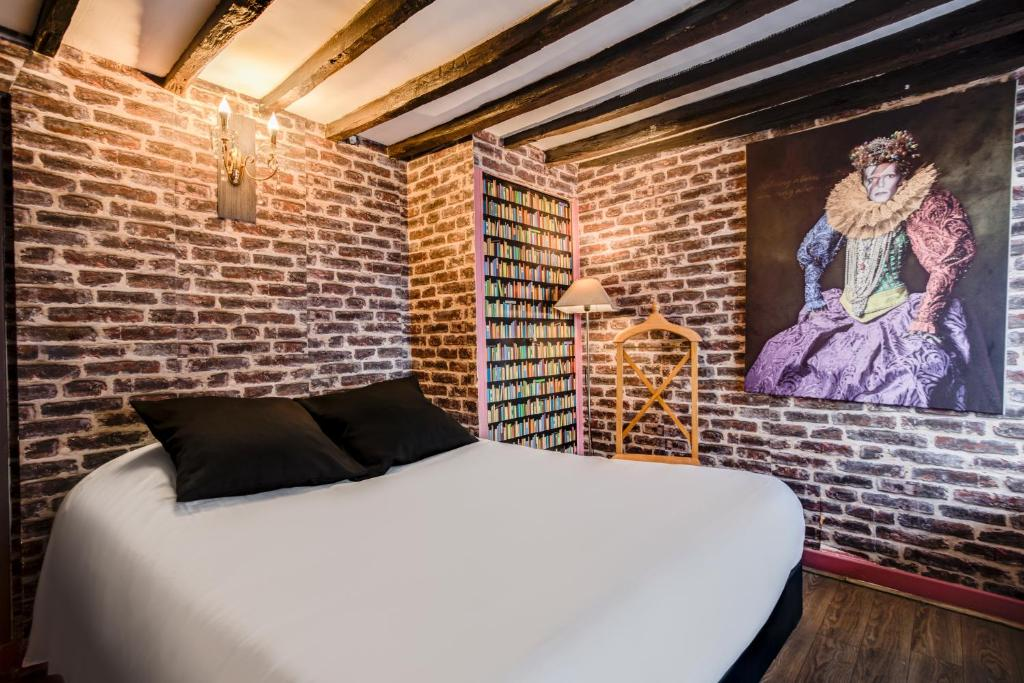 A bed or beds in a room at Absolute Hotel Paris République