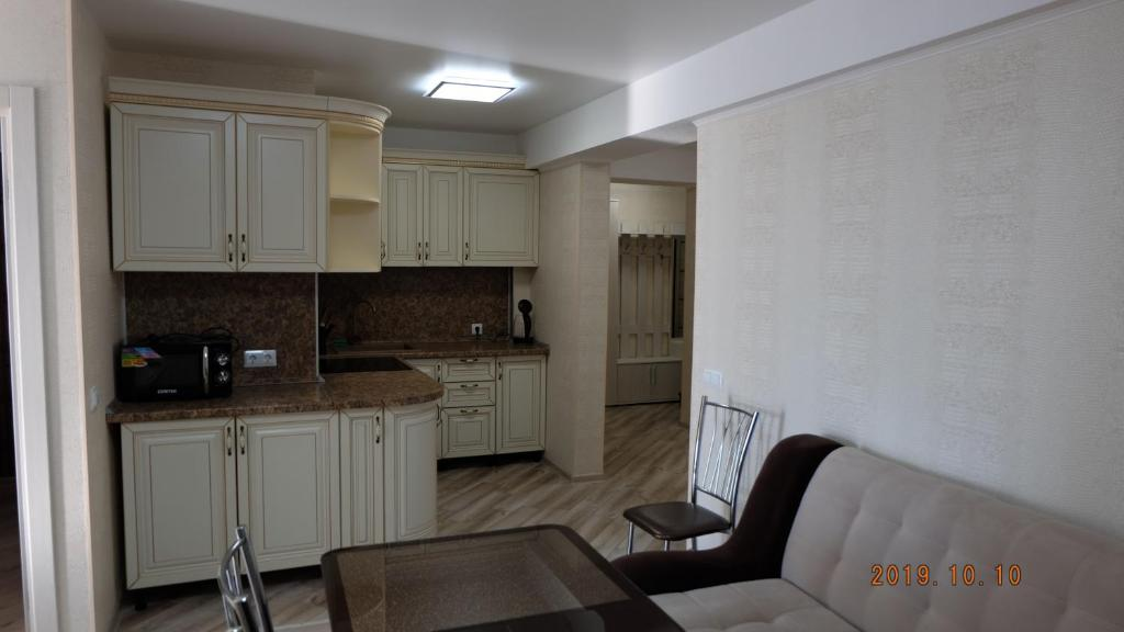 Кухня или мини-кухня в Apartment on Urozhainaya