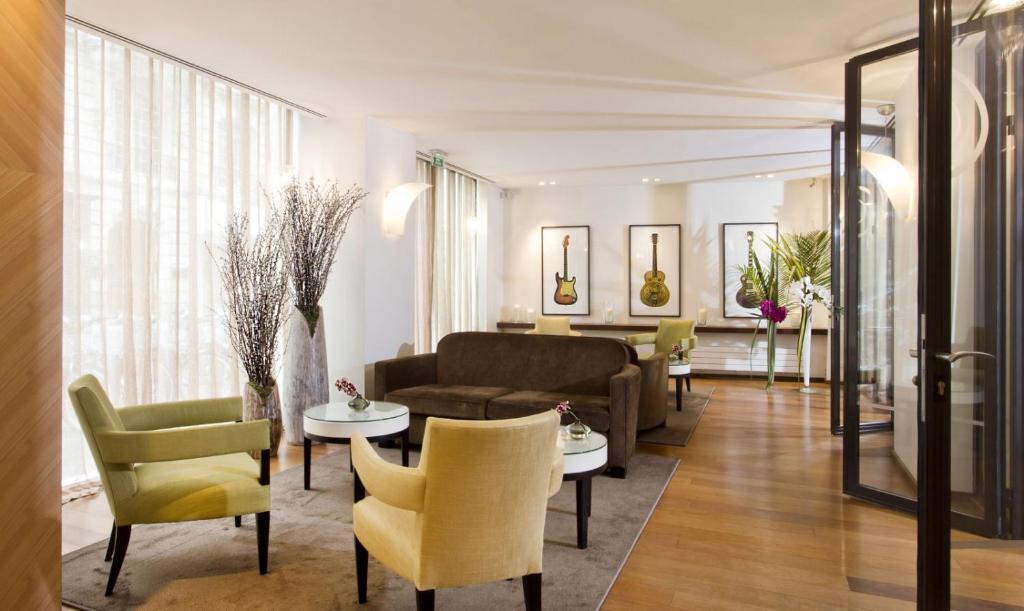 A seating area at Hôtel Le Colisée