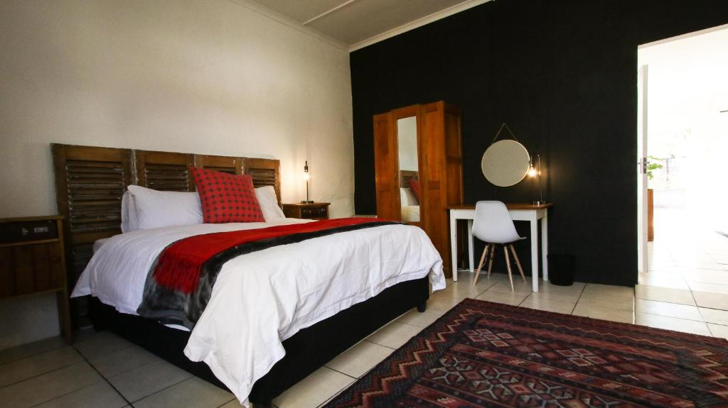 A bed or beds in a room at Toerboer Cottages