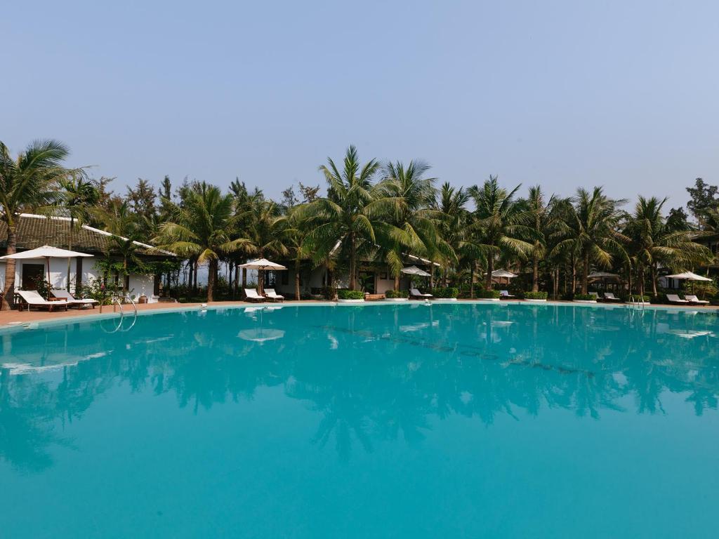 Piscine de l'établissement Lang Co Beach Resort ou située à proximité
