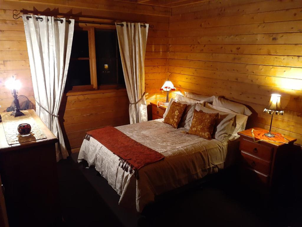 A bed or beds in a room at Cabin Retreat Homestead Entire home 2 night minimum