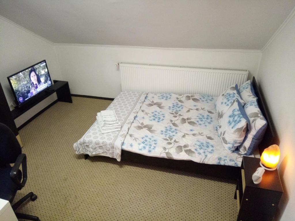 A bed or beds in a room at Elizabeth's Rooms