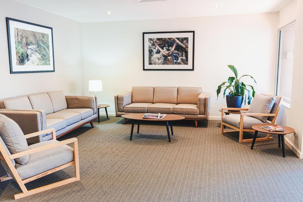 A seating area at Cumberland Lorne Resort